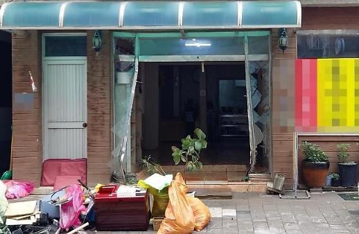 韩一男子酒驾撞进饭店撒泼:妈妈不给钱花