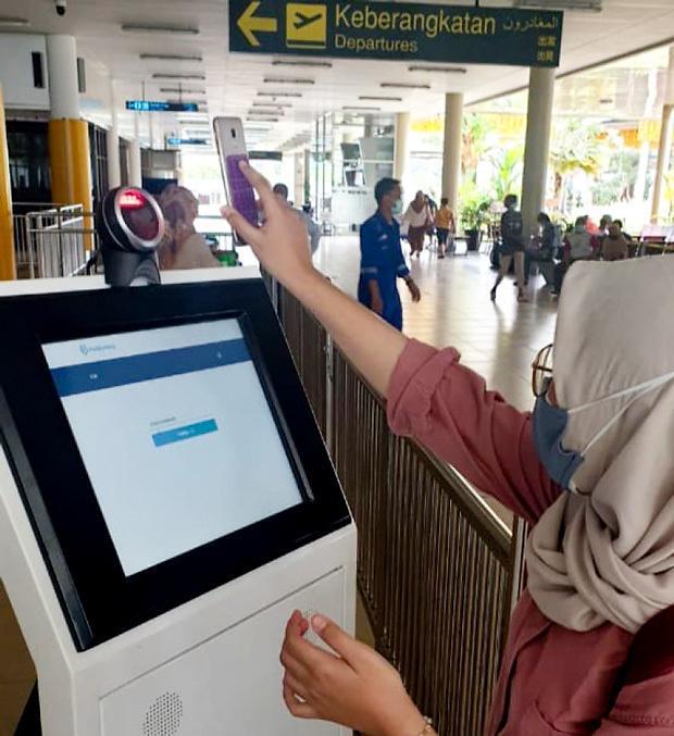[NNA] 印尼 공항 이용자, 코로나 검사·백신접종 앱 사용 의무화