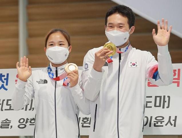 [도쿄올림픽 2020] 여서정-신재환, 메달 들고 함박웃음 (포토)