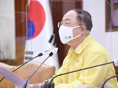 홍남기, 비서관 코로나 확진… 5일 일정 취소·검사 후 자택 대기