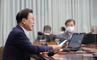 """文, SK바사 임상 3상 승인에 """"국산 1호 백신 기대…정부 전방위 지원"""""""