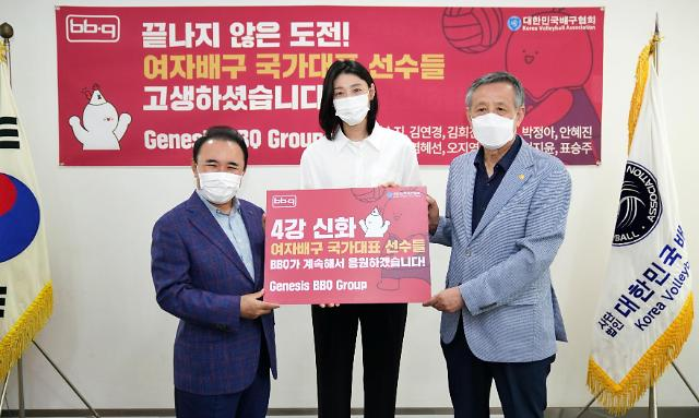 윤홍근 BBQ 회장, 김연경 등 여자배구팀에 치킨 선물