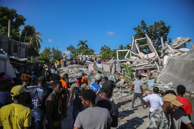 """아이티 지진 사망자 1300명 육박…""""인명피해 계속 늘 것"""""""