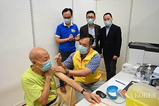 홍콩, 코로나 백신을 접종받는 고령자