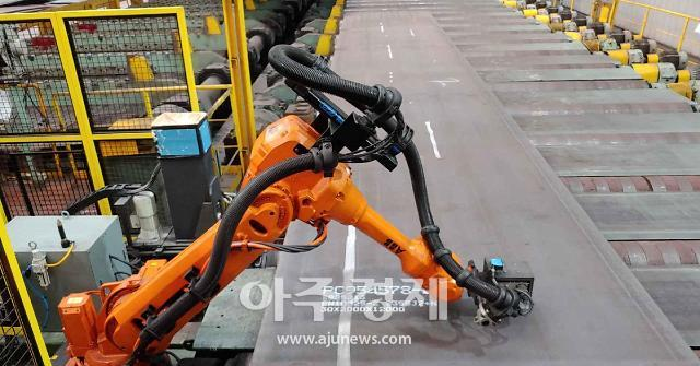 포스코 포항제철소, 산업용 로봇 활용 후판 제품 정보 마킹 작업 자동화