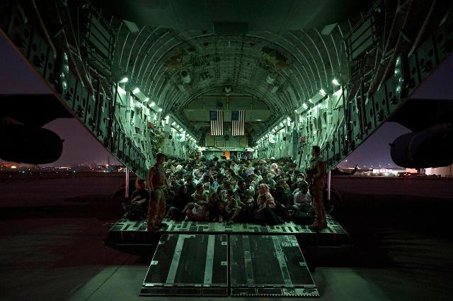 [포토] 미 공군 수송기 가득 채운 아프간 피란민들