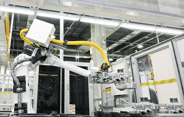 """베일 벗은 LG마그나 생산설비…""""산업용 로봇이 조립"""""""
