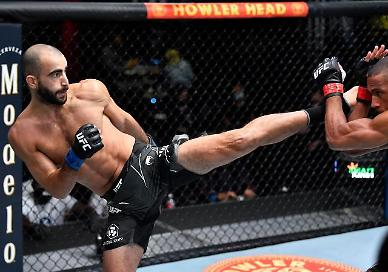 UFC 발차기 장인은 바로 나…바르보자 날려 버린 치카제