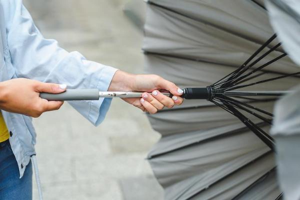 """[아주 돋보기] """"우산 들어주지 마세요""""…민심 잡기 위해 우산 꼭 잡은 정치인들"""