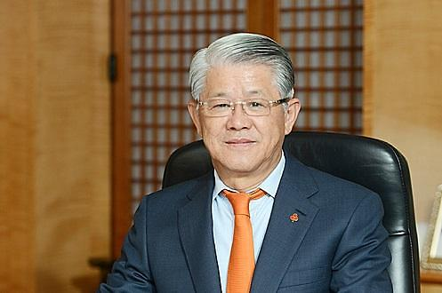 최신원 SK네트웍스 회장, 구속만기로 오늘 출소...재판은 '현재진행형'