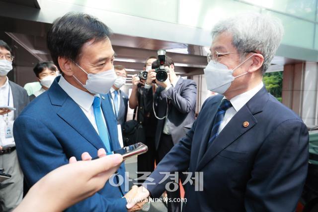 [포토] 고승범 금융위원장 배웅하는 이주열 총재