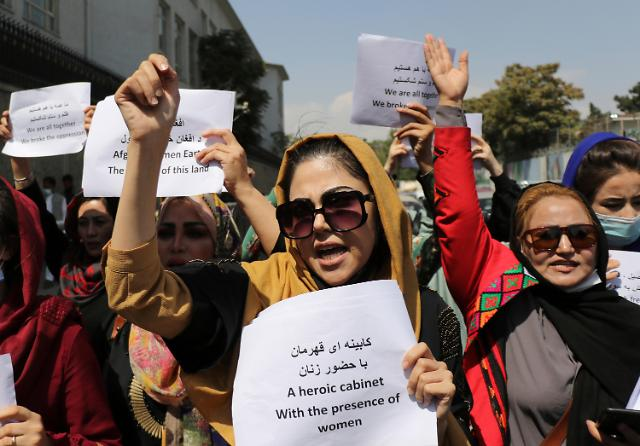 """탈레반 맞서 거리 시위 나선 아프간 여성들…""""교육·취업 기회 요구"""""""