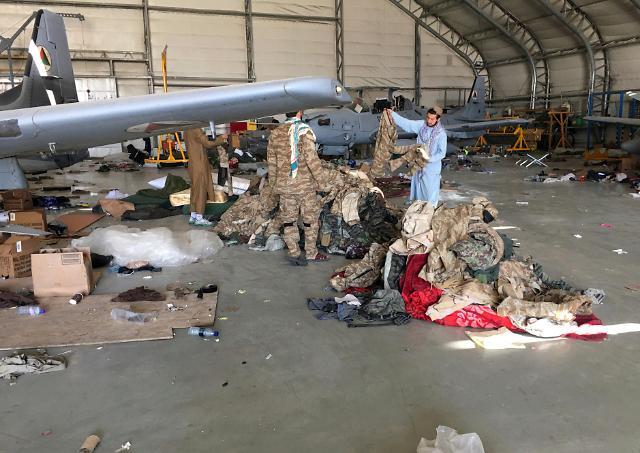 [포토] 카불 공항서 노획물 챙기는 탈레반 대원들