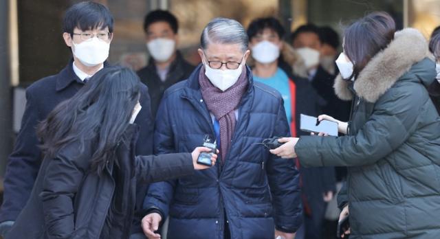 횡령·배임 최신원 SK네트웍스 회장 석방..구속기간 만료