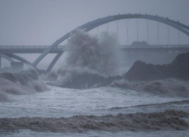 [내일 날씨] 태풍 찬투 북상…제주 최고 500mm 폭우