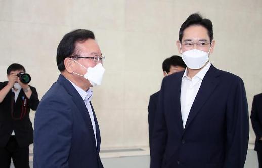 李在镕出狱后首次公开露面出席活动