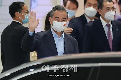 손 흔들며 입국한 中왕이, 1박2일 일정 시작...대북·대미 메시지 주목