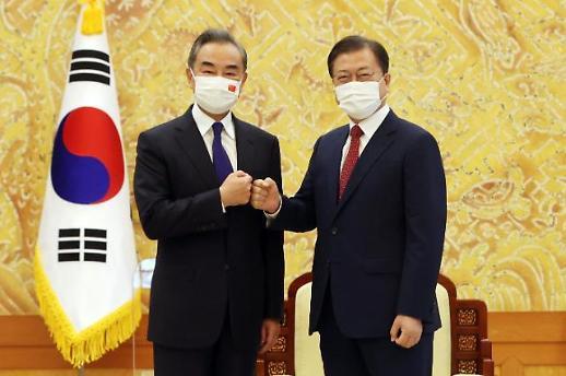 韩国总统文在寅会见中国外长王毅