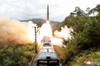 북한, 15일 열차서 탄도미사일 발사…김정은 불참