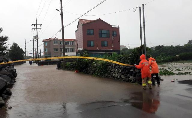 [포토] 폭우에 침수된 도로
