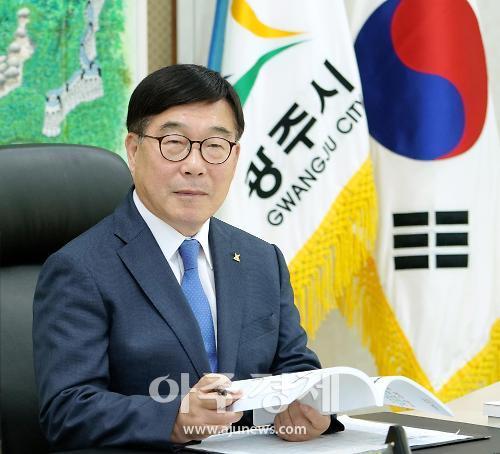 신동헌 시장, 2022년 생활임금 결정...공중위생 우수업소 표지판도 배부