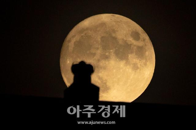 [포토] 수줍게 떠오르는 보름달