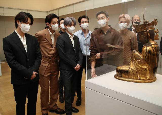[포토] 메트로폴리탄 미술관 한국실 관람하는 방탄소년단