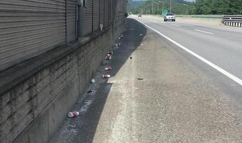 调查:节假日高速公路垃圾量较平时多出2.4倍