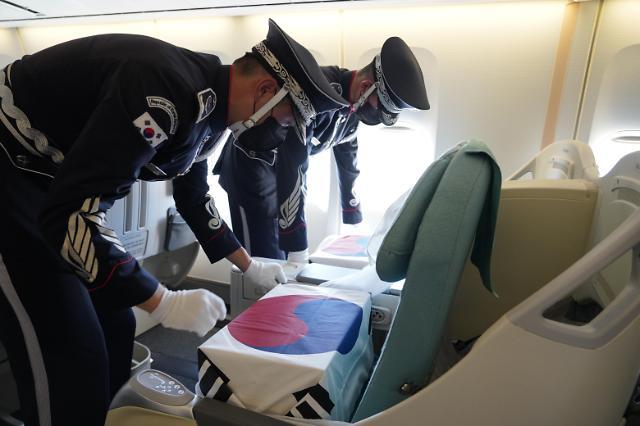 [포토] 공군1호기 좌석에 안치되는 유해