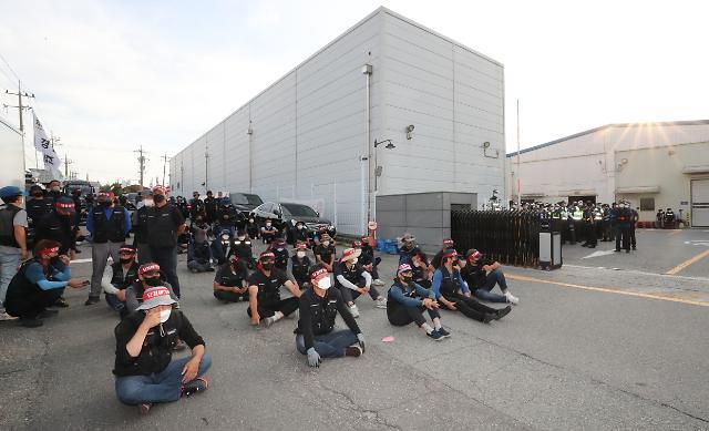 SPC삼립 청주공장 앞 대규모 집회...민주노총 화물연대, 경찰과 대치