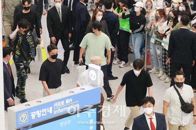 [포토] BTS 정국, 아미 응원받으며 입국
