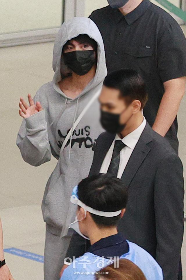 [포토] 방탄소년단 진, 수줍은 손인사 포착