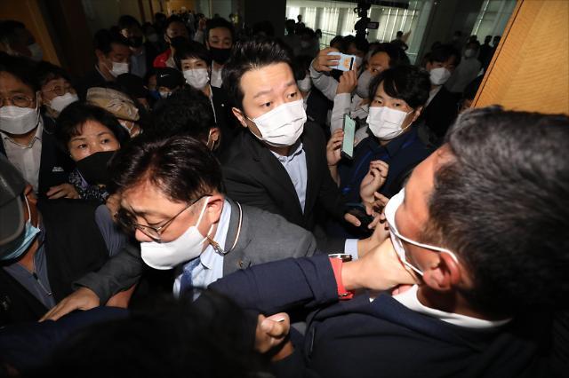 [포토] 국민의힘 방문에 몸싸움 벌어진 성남시청