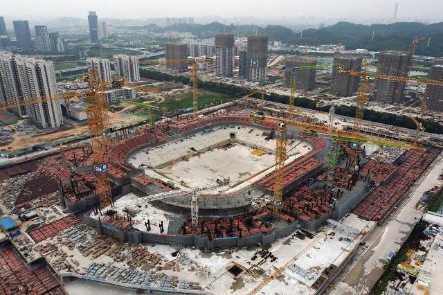 中헝다, 350조원 부채 유동성 위기에도 세계 최대 축구장 짓는다