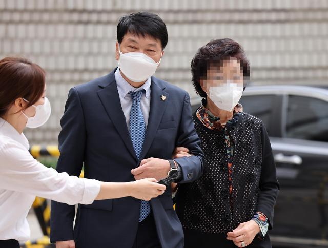 [포토] 보석 뒤 첫 공판 출석하는 윤석열 전 검찰총장 장모 최모 씨