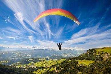 스위스 하늘 나는 패러글라이딩, 집 안에서 감상한다