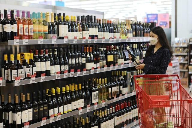 Lotte Mart to sell 1 million bottles of wine thru sales event to meet growing demands