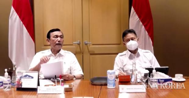 루훗 조정부 장관(왼쪽)과 부디 구나디 사디킨 보건부 장관