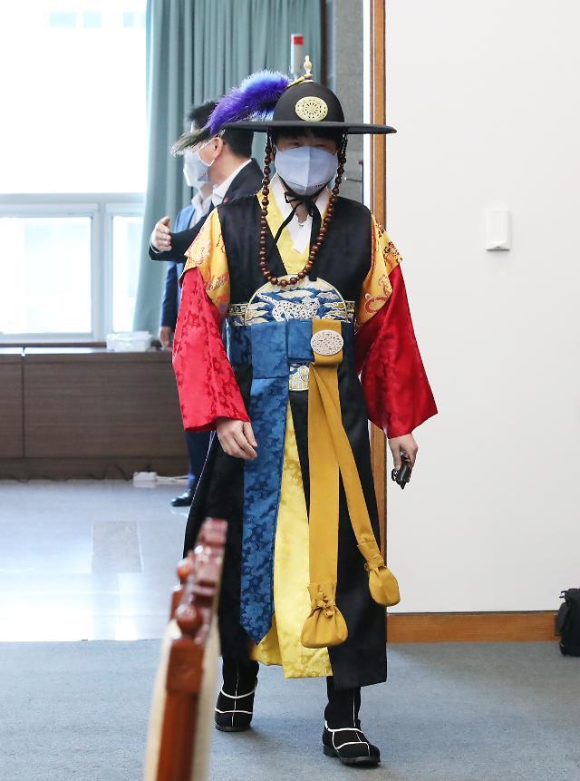 탁현민 靑의전비서관, 국무회의에 '사또 옷' 입고 온 이유는