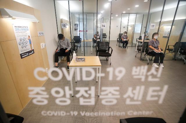 의료진 '부스터샷' 순조로운 첫날···백신 접종 완료율 60% 돌파