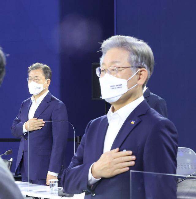문재인 대통령·이재명 지사, 與 경선 후 첫 대면…대화는 없었다