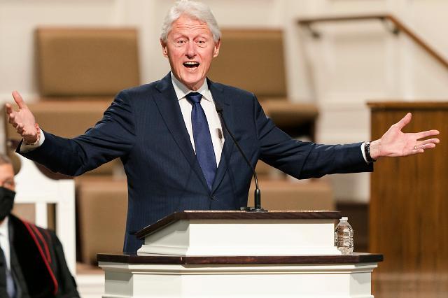 """[상보] 빌 클린턴, 캘리포니아서 중환자실 입원...""""회복 중""""<CNN>"""