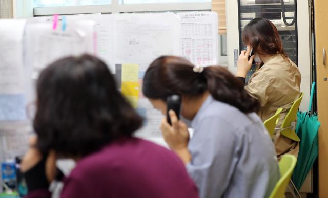 [코로나19] 오후 9시까지 신규 확진자 1370명…학교·직장 집단감염 이어져