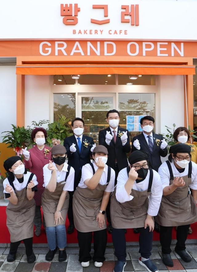 [포토] 하이트진로, 청년자립 지원사업 '빵그레' 2호점 정식오픈