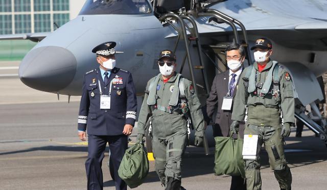 文在寅搭乘国产FA-50轻型战斗机抵达首尔机场