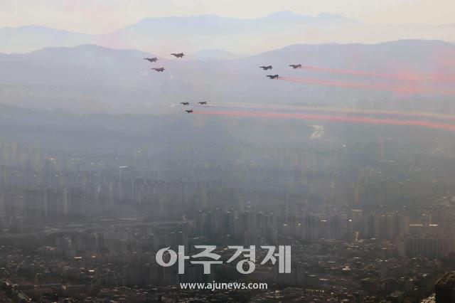 [포토] 공군 전투기 편대, 서울 상공 저고도 비행 (ADEX 2021 축하비행)