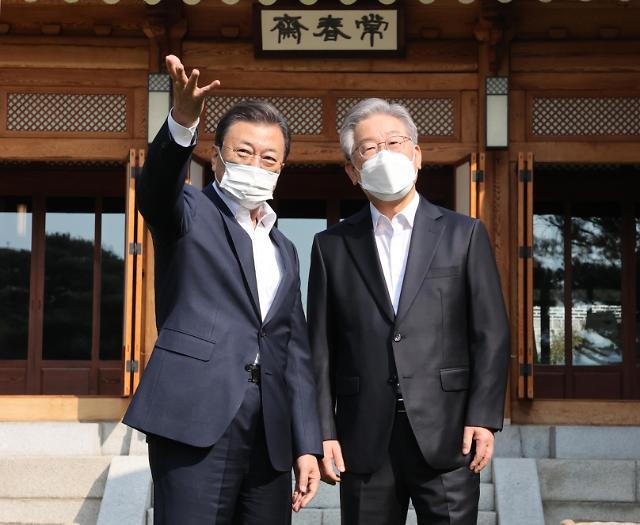 文在寅与执政党总统候选人李在明会面