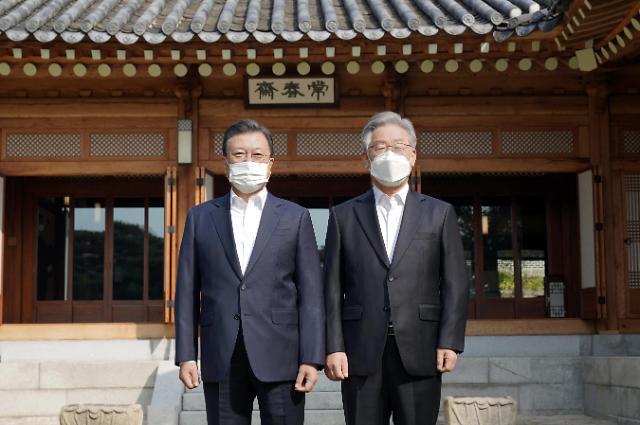 [포토] 이재명 후보와 기념사진 촬영하는 문재인 대통령