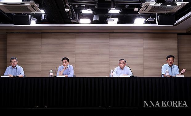 새로운 방역대책을 소개하는 옹예쿵 싱가포르 보건부 장관